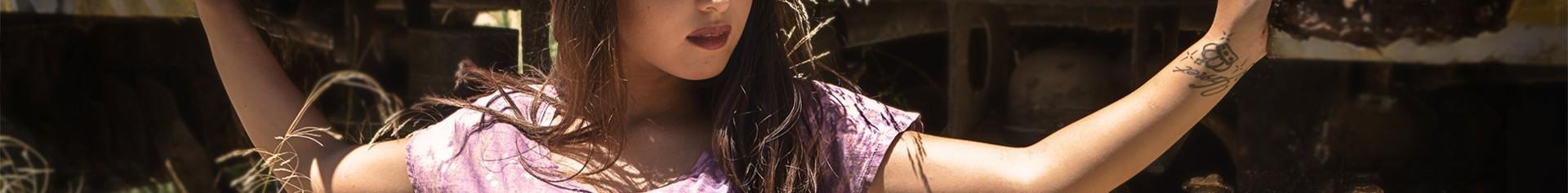 camisetas de mujer con lavados , tintes y impresiones muy especiales